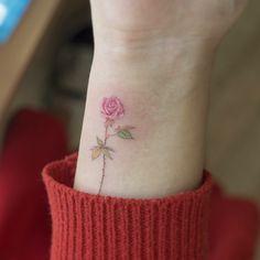 아주 작은 타투지만 색을 좀 더 풍부하게 쓰고 싶었습니다. 분홍 장미 주황~초록 꽃잎 붉은 가시 . . #tattoo#tattooist#tattooistsol#soltattoo#솔타투#타투#꽃타투#color