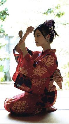 Kanna Hashimoto in yukata Geisha, Japanese Beauty, Japanese Girl, Asian Beauty, The Most Beautiful Girl, Beautiful Asian Women, Japan Fashion, Look Fashion, Japan Kultur