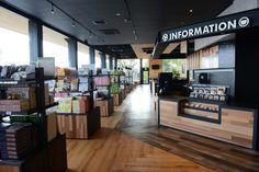 愛犬の駅 - 黒と木目調の色で統一された落ち着きのある店内