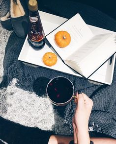 Saying goodbye to autumn 🍂 but saying hello to winter ❄️ nights like this are made for blankets, a good book and a hot #ribenawinterspice from @ribenauk to really get you relaxed 💤 #lbloggers #flatlay #ad