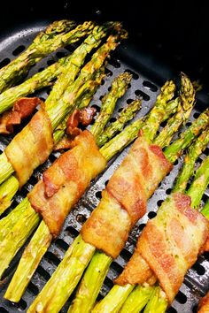 Air fryer side dishes are the best especially these bacon wrapped asparagus bundles! Frozen Asparagus Recipe, Bacon Wrapped Asparagus, How To Cook Asparagus, Air Fryer Recipes Asparagus, Air Fry Bacon, Air Frier Recipes, Air Fryer Dinner Recipes, Vegetable Dishes, The Best