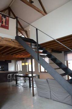 open stalen trap - oorspronkelijke houten (vloer-)balken - dichte balustrades