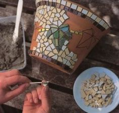 Leaf Mosaic Hanging Pot Dress up a plain terra cotta pot with an ivy mosaic - get instructions from favecrafts.Dress up a plain terra cotta pot with an ivy mosaic - get instructions from favecrafts. Mosaic Diy, Mosaic Crafts, Mosaic Projects, Mosaic Glass, Mosaic Tiles, Mosaics, Pebble Mosaic, Stained Glass, Mosaic Planters