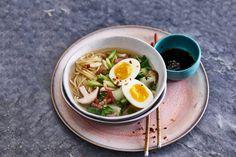 Ramen is de Japanse naam voor noedelsoep. Lekker met paksoi en krokante spekjes! - Recept - Allerhande