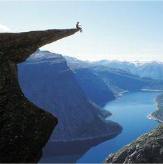 Norveç'te deniz seviyesinden 1100 metre yükseklikte bulunan Trolltunga kayası