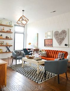 橘色天鵝絨的沙發,與牆上自己DIY的LOVE作品!