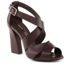 Sandália de couro.