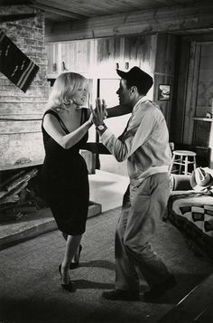 Marilyn Monroe and Eli Wallach dancing on the set of The Misfits Photo by Inge Morath. The Misfits, Clark Gable, Classic Hollywood, Old Hollywood, Hollywood Stars, Hollywood Couples, Inge Morath, Marilyn Monroe Fotos, Tango