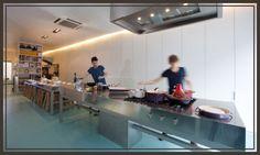 Balls en Glory,  Eten, maar ook een winkeltje.  Shop and lunchresto Sint-Jacobsnieuwstraat 103 Gent Info & reservaties: 0486 678 776 - gent@ballsnglory.com Open maandag – vrijdag van 10 – 15 u.