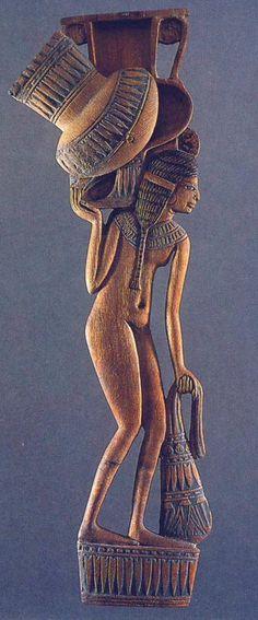 Egyptian Cosmetic Spoon in the shape of a girl. New Kingdom. Louvre, Paris. Rites et beauté. Objects de toilette égyptiens au musée du Louvre, París.