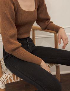 Brauner Pullover mit quadratischem Ausschnitt Brown sweater with a square neckline, New Fashion, Korean Fashion, Fashion Women, Autumn Fashion, Fashion Outfits, Fashion Trends, Fashion Boots, Sweater Fashion, Fashion Clothes