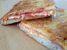 La parigina è un rustico napoletano. Una pizza farcita con pomodoro, prosciutto e formaggio chiusa da una sfoglia dorata e fragrante.
