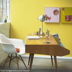 Der Eames Chair, die gelbe Wand und der Schreibtisch verleihen dem Arbeitszimmer den gewissen Mad Men-Charme. Mehr Retro-Arbeitszimmer auf www.roomido.com/wohnideen/arbeitszimmer/retro