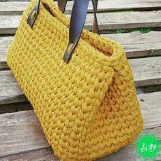 Bolsa baú criação da @sibocrochet Linda demais!!! #fiodemalhamultitecnicas #multitecnicas #fiodemalha #fiosleves #trapilho #fettuccia #örgu #crochê #crochetbag #tshirtyarnbag #totora #malhamaniacas #artesanato #artesanal