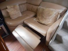 38' Chris Craft Corinthian - No.12 - Salon seating