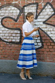 Jenny Walton - street style Milan Fashion Week Lente/Zomer 2016 - On & off catwalk: la bella donna Fast Fashion, Vogue Fashion, Look Fashion, Fashion Outfits, Milan Fashion, The Sartorialist, Khadra, Cute Skirts, Midi Skirts