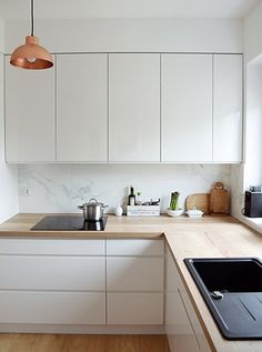 Newest Totally Free white kitchen marble Suggestions Creating a amazing all-white your kitchen design might appear straightforward, but it's not. If this style and. Kitchen Room Design, Modern Kitchen Design, Home Decor Kitchen, Rustic Kitchen, Interior Design Kitchen, New Kitchen, Home Kitchens, Decorating Kitchen, Copper In Kitchen