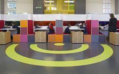 Não somos pisos vinílicos, somos pisos de borracha. Os pisos Nora são 100% de borracha, baseados em qualidade e sustentabilidade com mais de 300 variações de cores e design, totalmente ergonômico, certificação LEED, resistente a manchas, ao grande tráfego comercial e voltado para diversas aplicações. Instalação do piso de borracha noraplan uni pelo escritório de arquitetura DEGW no West Hill Grundschule, Wandsworth | Reino Unido.