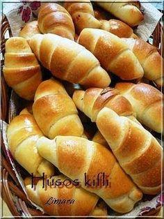 Ezek a húsos kiflik remek vendégváró falatok. Mindig sikerük van. Tulajdonképpen bármivel meg lehet tölteni, maradék darált húsos raguval, s... Meat Recipes, Baking Recipes, Cake Recipes, Sweet Pastries, Bread And Pastries, Savory Pastry, Salty Snacks, Hungarian Recipes, Food Humor