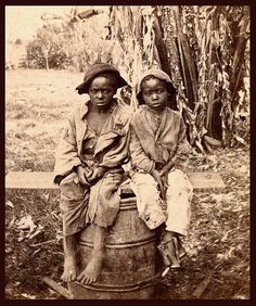 A testament to a dark part of American history. A photo found in a North Carolina attic shows a young black child named John, barefoot and wearing ragged clothes. Art historians believe i Okinawa, Rare Photos, Old Photos, Vintage Photos, By Any Means Necessary, Black History Facts, Wow Art, African American History, American Civil War
