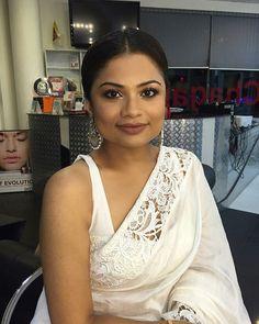 Love the sari and cut out border Saree Jackets, Red Saree, Sari Blouse, Jennifer Winget, Desi, Actresses, Bride, Clothes For Women, Pretty