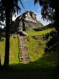 El Castillo mayan pyramid at Xunantunich in... MÉXICO