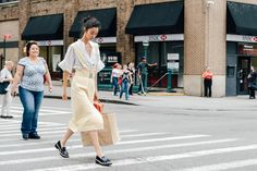 NYFW Spring 2015: in the streets...let's see: this is not fair at all but since the lady behind is as happy as one could be I'm gonna give 9 points to our girl off duty - #JiHyePark -  ('cause I like her outfit a lot) and 10 to the happy lady 'cause she deserves. After all if it was me behind I would be lying on the floor crying and cursing