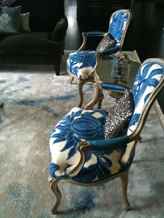 The great large-scale nature of this botanical print gives a very modern appearance, even on these traditional chairs.