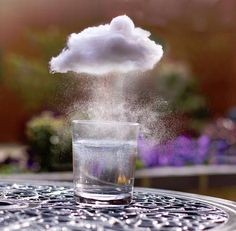 Clouds preschool science experiment Making our own Clouds Materials Needed: Cotton Balls Flat pans or flat containers Water Kid Science, Preschool Science, Science Experiments Kids, Science Classroom, Science Fair, Teaching Science, Science Projects, Projects For Kids, Crafts For Kids
