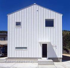 家と言われると、なんとなく思い浮かべる「三角屋根の家」。 三角屋根は「家型」といわれ、家の基本型です。主に雪や […]