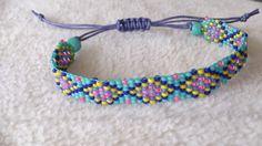 Voor de armband zijn Japanse Miyuki rocailles en Toho rocailles (grootte 11/0, ca. 2 mm) gebruikt. De breedte van het armbandje is ca. 1 cm.