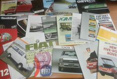Partij 78 autofoldersbrochures uit de jaren 60/70/80Lot 78 of car brochures from the sixties seventies and eighties  Leuke gevarieerde partij oude autofolders van diverse merken bestaande uit totaal 78 stuks. Boordevol informatie en prachtige foto's.Allemaal over het algemeen in goede staat; wel hebben sommigen hier en daar ouderdoms- en gebruikssporen. Sommigen hebben ook perforatiegaatjes.Het merendeel is Nederlandstalig.De volgende merken zitten erin: Datsun/Nissan Ford Peugeot Daihatsu…
