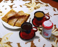 Káva a domácí štrůdl Textiles, French Toast, Breakfast, Tableware, Food, Morning Coffee, Dinnerware, Tablewares, Essen
