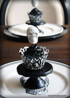 Get in the Halloween spirit with these Skull Cupcakes. a DIY White Skull Topper on a Black on Black Cupcake. Skull Cupcakes, Black Cupcakes, Wedding Cakes With Cupcakes, Birthday Cupcakes, Halloween Queen, Halloween News, Halloween Skull, Spirit Halloween, Halloween Desserts