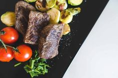 foodiesfeed-com_beef-steaks-with-vegetables-from-above_low