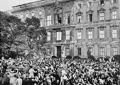 Толпа народа приветствует кайзера Германии Вильгельма II, стоящего на балконе Городского дворца в Берлине (Berliner Schloss / Berliner Stadtschloss), после объявления кайзером мобилизации и войны России, 1 августа 1914 г.  На следующий день, в соответствии с Планом Шлиффена, Германия вторглась в Люксембург и потребовала предоставить её армии свободный проход через Бельгию для нападения на Францию.