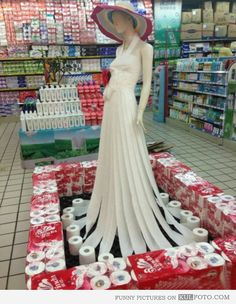 Funny pictures about Toilet paper dress. Oh, and cool pics about Toilet paper dress. Also, Toilet paper dress. Kleidung Design, Paper Fashion, Dress Fashion, Fashion Art, High Fashion, Fashion Design, Next Wedding, Ideas Geniales, Recycled Fashion