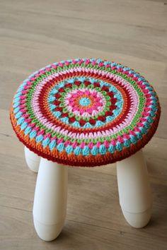 Einen Ikea Stuhl zu umhäkeln kann eine sehr gute Idee sein, um dem Stuhl eine persönliche Note zu geben. Jeder hat doch diese Ikea Kindestühle zu Hause ...