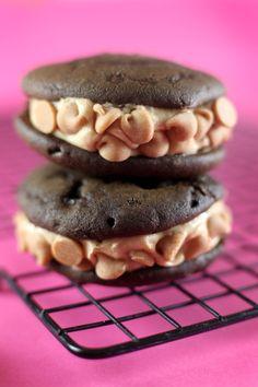 Op Bakerella.com kwam ik het heerlijke recept tegen voor Whoopie Pies. Heb jij er al van gehoord of heb je ze al eens gezien? Het zijn schattige, kleine cakejes in de vorm van koekjes. Echt een recept om van te smullen!