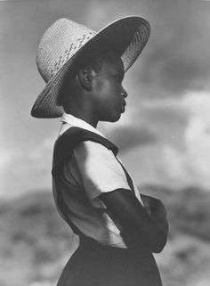 girl with straw hat | 1940 | Consuelo Kanaga