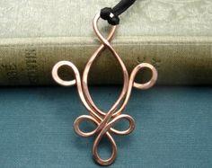 Abbiamo roteato, contorto e martellato calibro 18 rame per fare questo disegno di cuore filo nodo celtico influenzato.  Il pendente misura