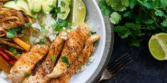 Een lekker koolhydraatarm hoofdgerecht, Mexicaanse kipfilet met bloemkoolrijst. Dit is een heerlijk Mexicaans gerecht met kip, paprika, ui en bloemkoolrijst.