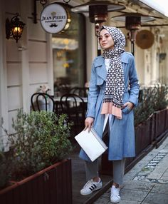 These attractive hijab winter outfits ideas will put you in the good books of the fashion police; a hijab goes naturally with the winter look! Islamic Fashion, Muslim Fashion, Modest Fashion, Fashion Outfits, Hijab Jeans, Winter Outfits, Casual Outfits, Modern Hijab, Street Hijab Fashion