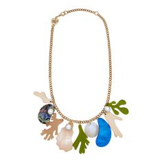 Escape to the seashore in the Beachcomber Necklace. Discover glistening mussel shells, shimmering pearls and (laser cut) driftwood, whilst transparent tendrils of seaweed float against a gold tone chain. Coastal cool, sorted!