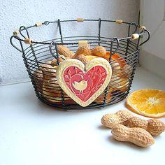 košík s keramickým srdiečkom