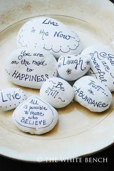bemalte kieselsteine The White Bench: Inspiration Stones Tutorial Pebble Painting, Pebble Art, Stone Painting, Diy Painting, Rock Painting, Pebble Stone, Stone Crafts, Rock Crafts, Arts And Crafts