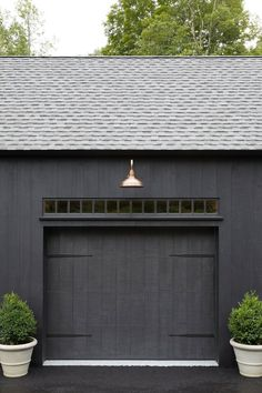 Design Garage, Design Exterior, Exterior Paint Colors, Exterior House Colors, Interior And Exterior, Black Shed, Black Barn, Garage Exterior, Black House Exterior