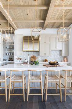 Grande Cuisine Moderne Decoration Style Chalet Blanc Vert De Gris Celadon # Cuisine #chalet #