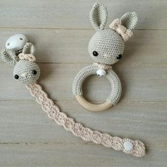 Maren Busterud's media content and analytics Crochet Cozy, Cute Crochet, Crochet For Kids, Crochet Hooks, Crochet Pacifier Holder, Crochet Keychain, Crochet Baby Toys, Baby Knitting, Boucle Yarn