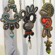 ideas for jewerly design studio beautiful Soutache Pendant, Soutache Necklace, Prom Earrings, Diy For Men, Swarovski Crystal Earrings, Simple Earrings, Jewellery Storage, Beaded Embroidery, Jewerly